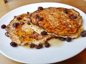cinnamon-raisin-protein-pancakes-800x600